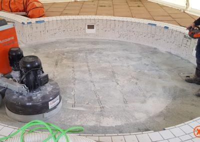 Tijdens tegellijmresten verwijderen XJ Flooring