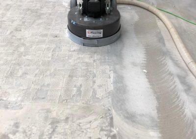 tijdens lijmresten verwijderen XJ Flooring